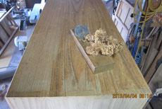 洗い終えた側板の表面を鉋がけして新しい木地を出します。