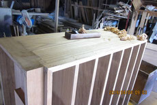 残した側板の鉋をかけ木地を出し表面を整えカルカヤをかけました。