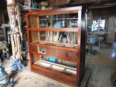 水屋戸棚の前枠を組み、後ろ枠となり形に成って来ました。引出の奥行調整も済みました。