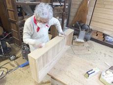 ヤシャ仕上げをした桐たんす引出をロウ磨きにて表面加工しています。