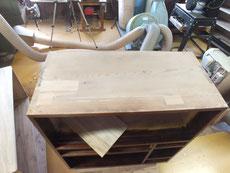 漆を重ねましたが白抜けが目立ちます。白抜け部分を取り埋め木修理をしました。