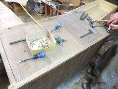 水屋戸棚の上置きの天板の釘を抜き割れた天板を剥ぎ付けます。