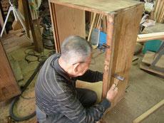 長い年月のため、各所の割れ、使用による傷などを修理します。