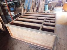 時代箪笥の胴縁、棚板は欠けて角ない場合が多いです。前面を削り新しい木を貼り修理します。