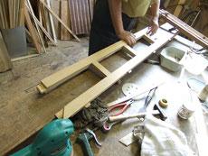 水屋戸棚の下台の引出枠の組み立てです。写真のように分解木地出しを終え再度組み直します。これが美しくなる方法です。
