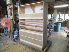 時代箪笥の表面の汚れを削り取り、木地調整が出来ました。側板の木地調整も終えました。