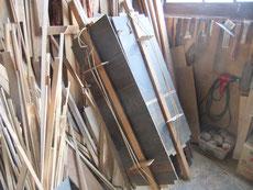 分解した水屋戸棚の天板、棚板の割れをつなぐ修理です。忘れない為にも修理はスグが一番です。