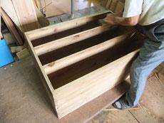 新しい桐を貼る為に下地を綺麗にノリが付くように整えます。整いが完了すれば桐板貼りへと移ります。