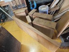 昨日裏板を直し、固まった引出前面の塗膜落としをして仕上げ面を作ります。