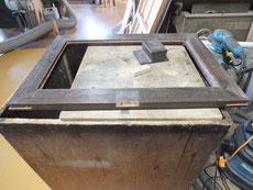 開きダンス部分の戸が不自然な作りのため箪笥金物を使い修理します。