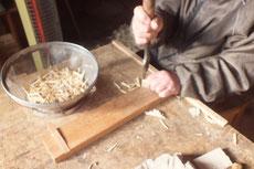釘の先端を作り太さを揃え板を割っていきます。