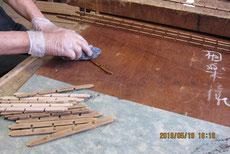 パーツにオイルを塗り汚れ防止をします。