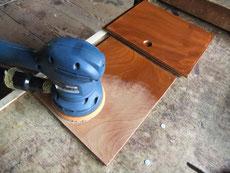 大変厚い塗膜をサンダーを使い剥がし、その後表面を整えます。