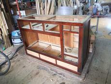 水屋戸棚の骨部分の組み立てを終へ、裏板、棚板を取り付け引出調整をしました。