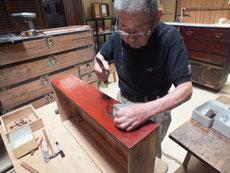 徳島県より修理依頼の大きな箪笥です。金物外しを始めました。