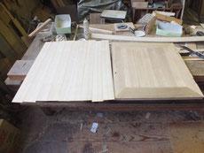 機械で削った柾板を開き箪笥開き戸に貼る準備をして貼り終えました。