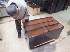 高山市より修理依頼たんすの本体金物、引出取っ手の金物打ちをしました。