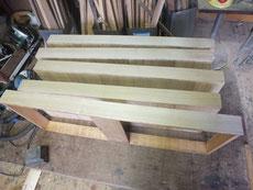 開き桐箪笥の盆引きに桐柾を貼りつけました。台輪も柾板を貼りました。