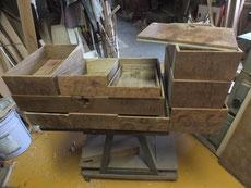 時代箪笥の引出他の前面を木地調整して漆の塗れる状態にします。