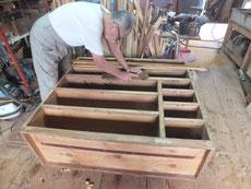 胴縁、棚板に新しい板を貼るため接地面を作るため鉋がけをしています。