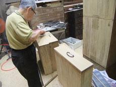 ロウ磨きの終わった箪笥の引出に金物を打つ最終作業です。