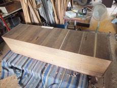 大変に薄い裏板の為、柔らかく扱わないと割れてしまいます。割れている所に埋め木をしました。