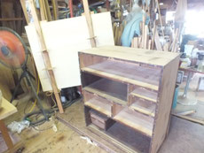 時代箪笥の内部清掃のため裏板を剥がし新しい板を貼ります。