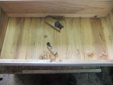 桐たんすの底板を埋め木修理しました。ノリが乾燥し埋め木の出っ張りを削り取り作業をしました。