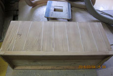 上置きの裏板です全ての剥ぎが切れ埋め木修理をしました。