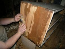 古い塗膜もカンナで削り落とします。