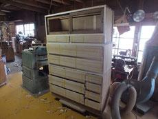昨日貼った桐柾板です。表面はノコギリで切ったままの状態でこれより鉋がけで整えます。