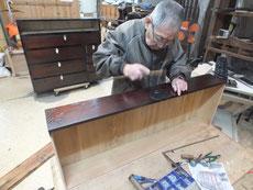 時代箪笥引出しに鍵金物、取っ手金物を打っています。