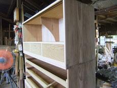 時代箪笥の側板の木地調整が終わりました。汚れた側板をカンナがけをして木地を調整しました。