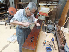 あま市より修理依頼の時代箪笥の引出前板の漆塗りが完了したため金物打ちを始めました。