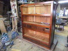 水屋戸棚の棚板、裏板の取り付けが完了しました。ほぼ出来上がりです。