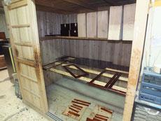 時代箪笥、水屋戸棚の戸枠、戸板、引出前板の出し前板に最終の漆を塗りました。