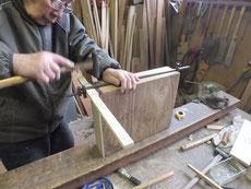時代箪笥の引出接合で下穴をあけ木クギを打っています。