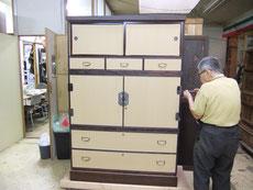 桐箪笥の開き戸丁番のねじ締めが完了すれば箪笥の完成です。