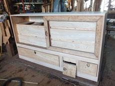 箪笥の引出前面、戸枠の木地出しが完了しました。本体は明日下塗りしたいと思っています。