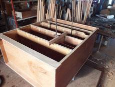 午前に縁回りの材料の貼りが終わったため、午後より内部の棚板貼り修理を始めました。