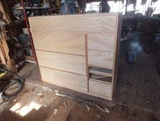 昨日貼った突板が乾燥したため引出枠に一枚づつ型を合わせ仕込みます。