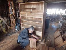 引き出し全面を削り新しい桐板を貼る面を作ります。