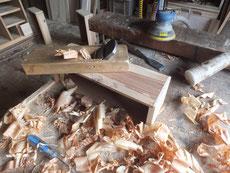 引出本体に前板を取り付け箪笥の中に仕舞い込む作業です。