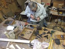 高山市、稲沢市より修理依頼の時代箪笥の金物を打ち延ばし錆取りをします。
