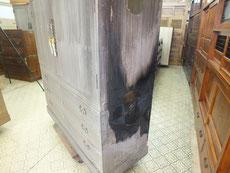 大変良い総桐箪笥ですが火災にあい側板、裏板が炭に成っています。