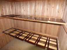 水屋戸棚の戸枠と戸板、飾り棒の漆塗りが重なり良くなりました。