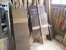 分解したパーツの裏板、棚板、天板などの割れをつなぐ剥ぎ修理の写真です。修理後汚れ落としになります。