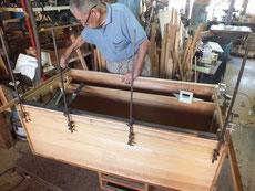 胴縁、棚板の面を削り取り新しい桐貼り準備をして作業に入りました。