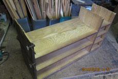 裏板を剥がし棚板の割れ付けと天板を剥がし新しい板を貼ります。