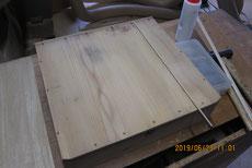 引出底板が割れているので埋め木をして修理をします。